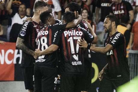 Renan Lodi comemora gol do Atletico PR