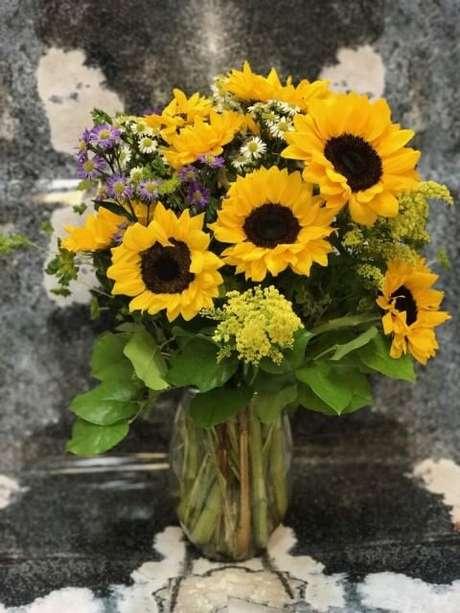 9. Girassóis e outras flores do campo em arranjo. Foto de Victoria Park Flowers