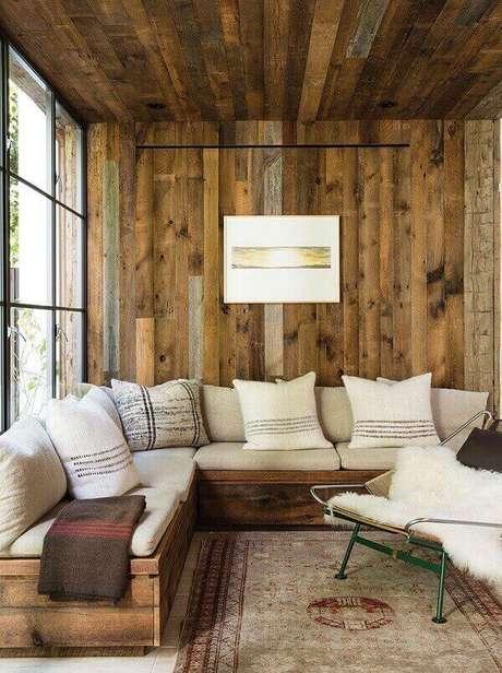9- A parede de madeira rústica na sala de estar cria um ambiente aconchegante. Fonte: Detalhes Mágicos