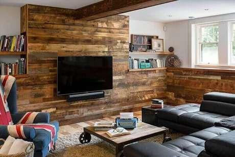 1- A parede de pallet foi utilizada na decoração da sala de estar. Fonte: Pinterest