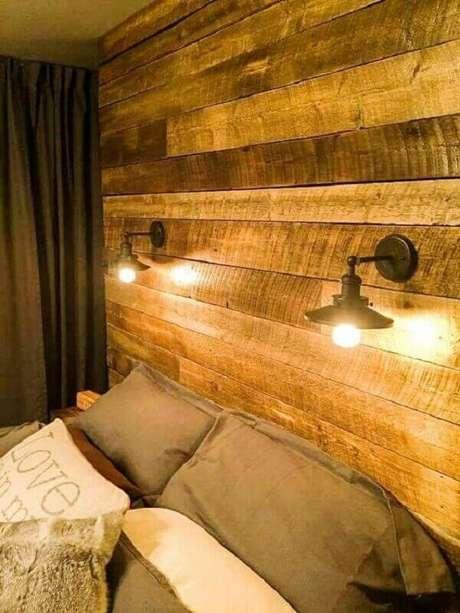 40- A parede de pallet tem luminárias e cama embutidas. Fonte: Pinterest