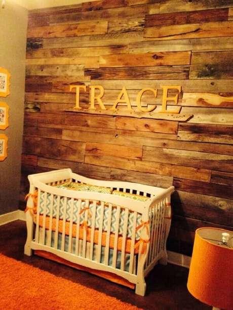 50- Na decoração do quarto de bebê a parede de pallet mantém o ambiente aconhegante. Fonte: Pinterest