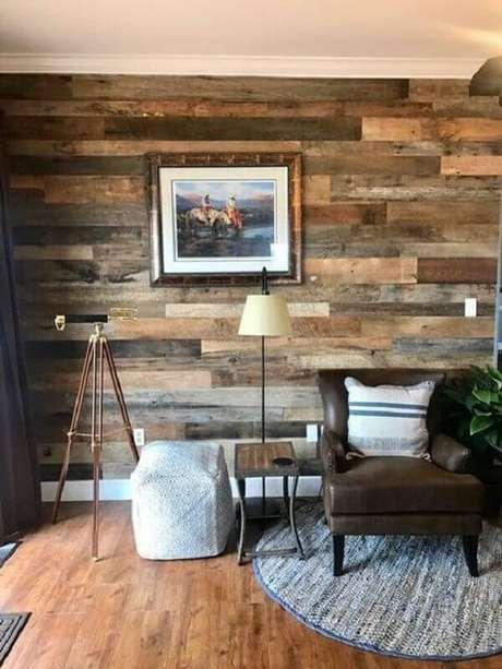 54- Os tons da parede de pallet combinam com o assoalho de madeira. Fonte: Pinterest