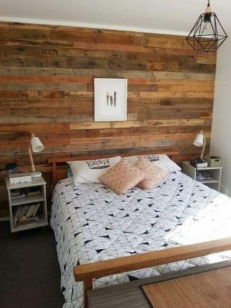 38- A parede de madeira natural envernizada combina com a madeira da cama de casal. Fonte: Pinterest