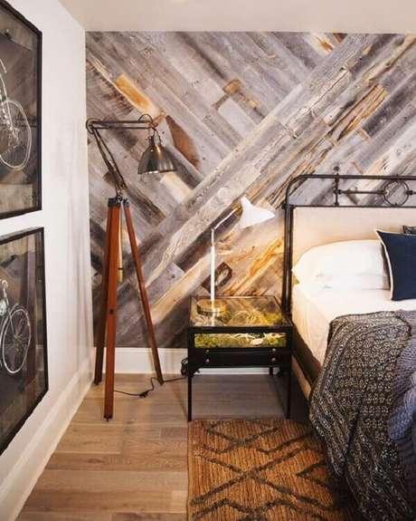 3- No quarto de casal a parede de pallet é o principal destaque na decoração. Fonte: Pinterest
