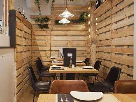 59- No restaurante a decoração com paletes realça o ambiente. Fonte: Pinterest