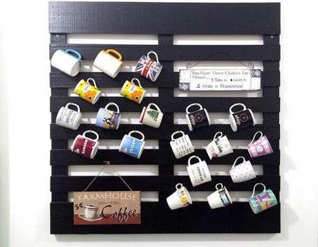 8- Suporte de canecas feitos em painel de paletes para decorar a cozinha. Fonte: Pinterest