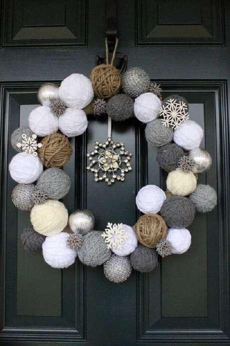 79. Porta decoração com guirlanda de natal feita de lã – Foto: Yandex