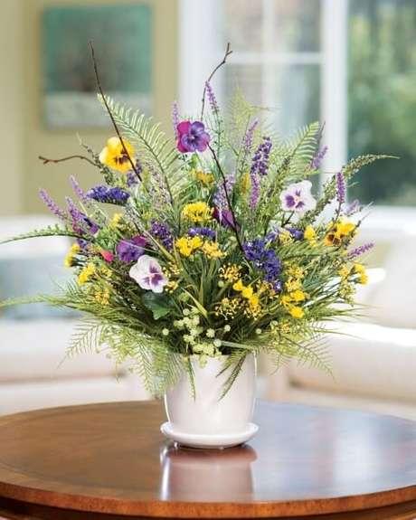 29. Vaso branco com flores do campo delicadas em sala de estar. Foto de Office Scapes Direct