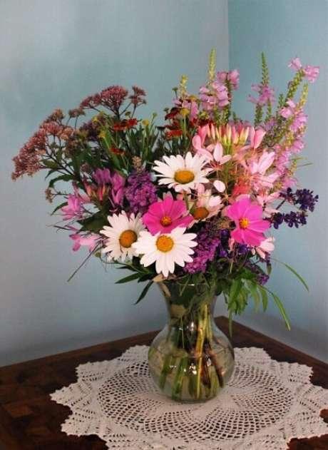 17. Vaso com flores do campo em tons de rosa. Foto de Cosmos and Cleome