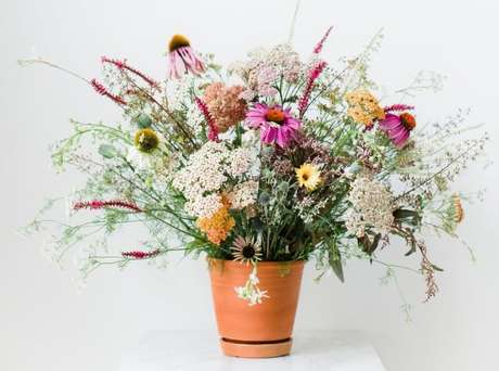 13. Vaso de cerâmica com flores do campo variadas. Foto de Avenue Lifestyle