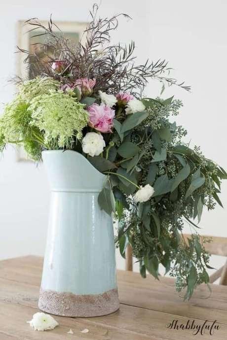 37. Vaso rústico com flores do campo e folhas diversas. Foto de Shabbyfufu