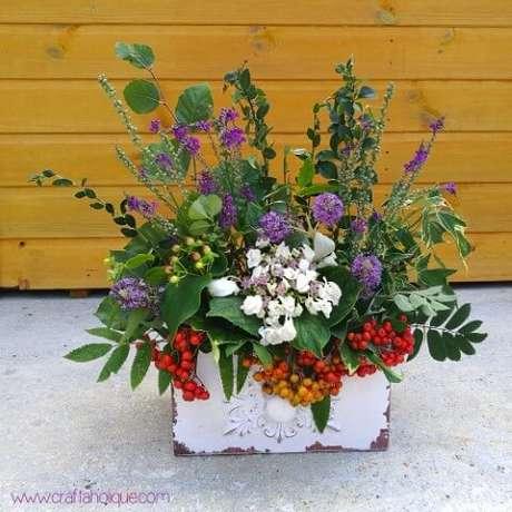 18. Vaso rústico com flores do campo. Foto de Craftaholique