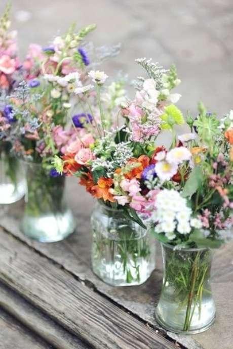 45. Vasos com arranjos de flores do campo. Foto de Woman Delice