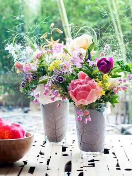 28. Vasos com flores do campo coloridas. Foto de Mooi Wat Boemen Doen