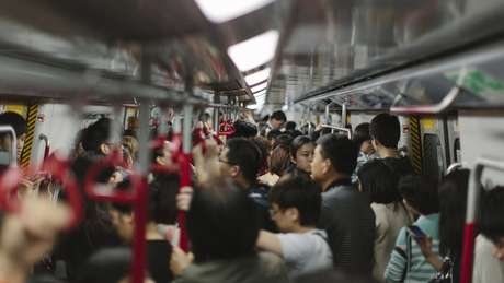 Deslocamentos diários em meios de transporte lotados são favoráveis à disseminação da gripe