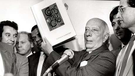 Ulysses Guimarães com a Constituição de 1988; momento era de grande otimismo e envolvimento popular com a promulgação do texto, que trouxe leque de direitos civis