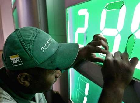Trabalhar troca preço de combustível em posto da Petrobras  15/06/04  REUTERS/Rickey Rogers