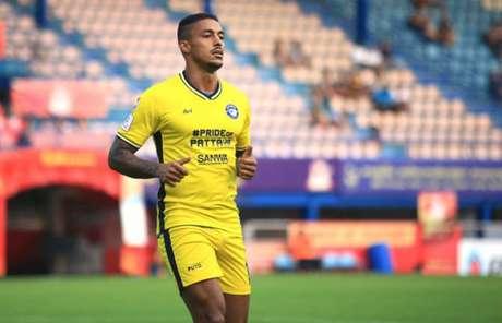 Em boa fase na Tailândia, Lukian espera terminar bem a temporada (Foto: Divulgação / Pattaya United)