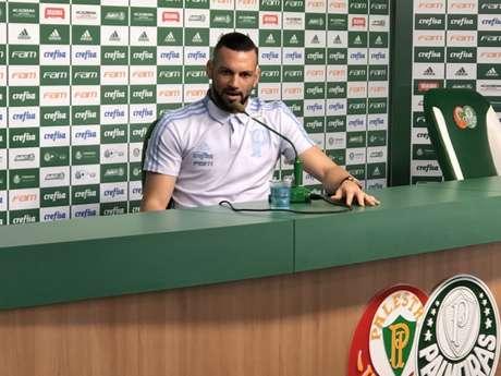Weverton durante a entrevista coletiva desta sexta-feira, na Academia de Futebol (Foto: Thiago Ferri)