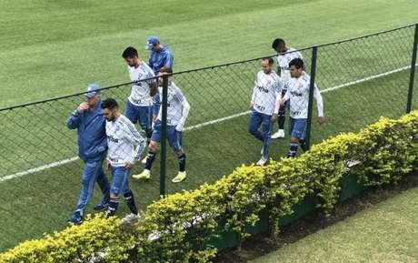 Felipão conversa com Bruno Henrique antes do treino desta sexta-feira, na Academia (Foto: Thiago Ferri)