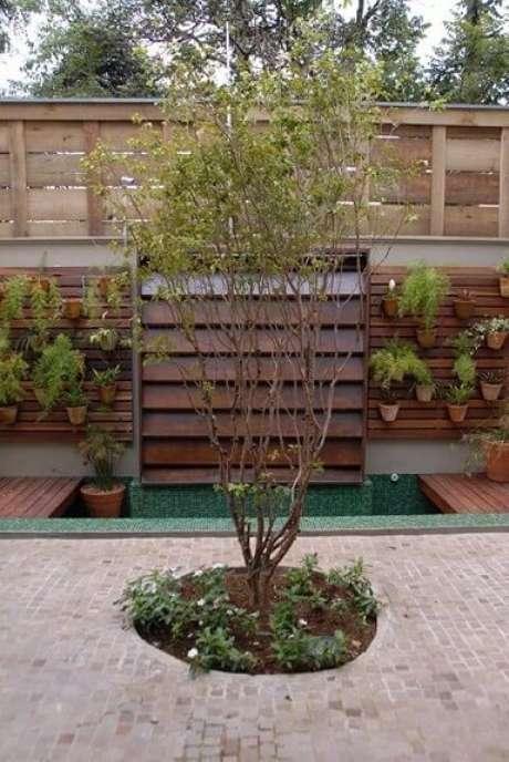 47. Área externa com jardim vertical em estrutura de madeira. Projeto de Mônica Spada Durante
