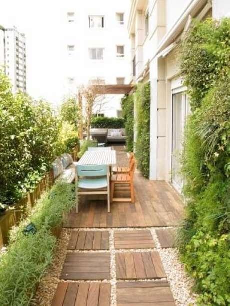 63. Área externa com plantas em todas as paredes. Projeto de Gigi Botelho