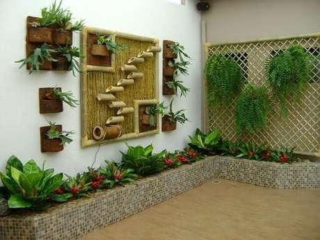 35. Área externa com plantas em várias estruturas verticais diferentes. Projeto de MC3 Arquitetura