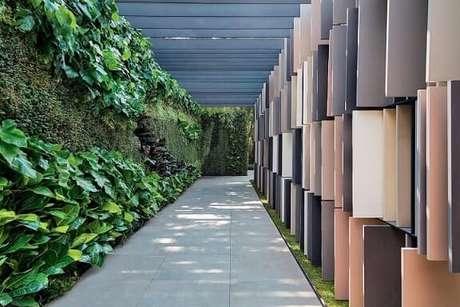 59. Caminho em área externa com parede com jardim vertical. Projeto de Casa Cor 2016