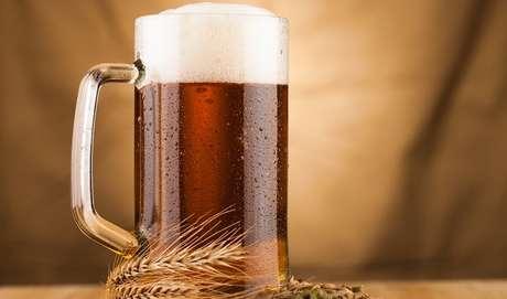 """Tânia Rodrigues complementa: """"A cerveja é feita da fermentação de cereais, que fornecem carboidrato. Então, por consequência, também contém esse nutriente"""". O consumo excessivo de qualquer alimento pode aumentar o peso além da conta. E a cerveja, mesmo sendo uma bebida, causa ganho de peso."""