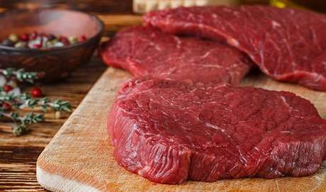 """6. A CARNE VERMELHA É REALMENTE UMA VILÃ? O mesmo documento da OMS que condena o consumo diário de embutidos diz que a carne vermelha é provavelmente cancerígena. Mas as evidências são fracas e o alimento tem muitos benefícios. """"As carnes vermelhas são fontes de importantes nutrientes que garantem o bom funcionamento do organismo"""", diz Tânia."""