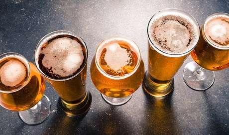 """4. CERVEJA ENGORDA? Uma revisão de trabalhos impressa na revista Nutrition Reviews apontou algo. Os apreciadores da cerveja (que contém 50 cal por 100 g e alto índice glicêmico) tinham cerca de 0,5 kg a mais de sobrepeso em comparação com quem não se rendia a ela. """"A bebida alcoólica fornece calorias que normalmente não levamos em conta, aumenta o apetite e torna a pessoa, em um segundo momento, mais suscetível à retenção hídrica"""", esclarece Lara Natacci."""