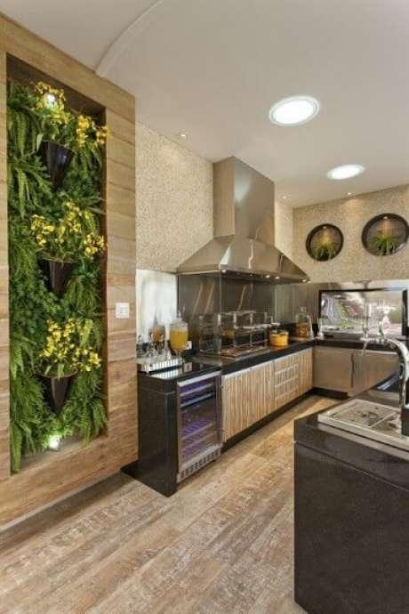 25. Cozinha gourmet com jardim vertical com moldura de madeira. Projeto de Aquiles Nicolas Kilaris
