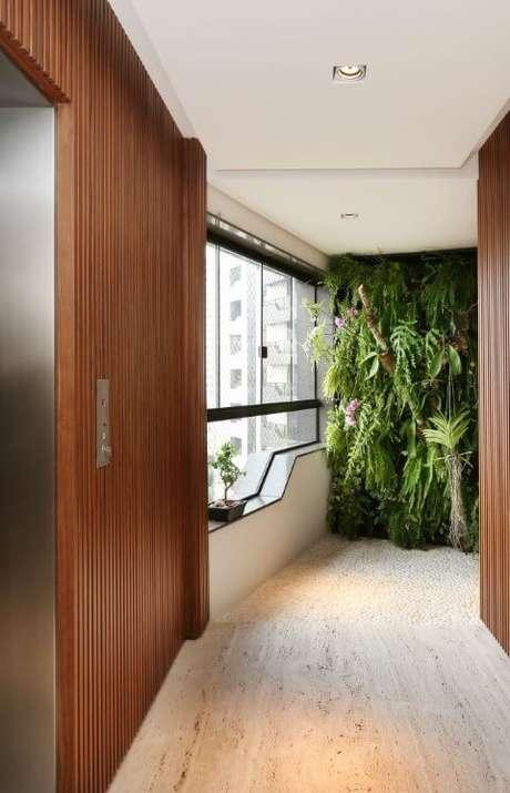 3. O jardim vertical pode ser usado nos mais diversos ambientes, até mesmo no hall. Projeto de Patricia Bergantin