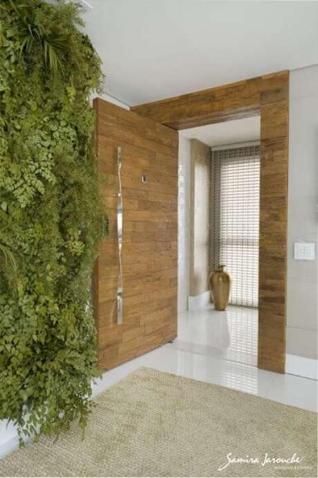 4.A folhagem diversa na parede comjardim vertical dá um visual bem diferente. Projeto de Samira Jarouche