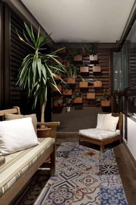 65. Jardim vertical em treliça e cachepots de madeira. Projeto de Juliana Conforto