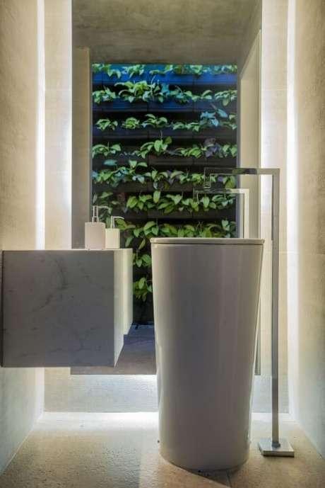 32. Lavabo claro com jardim vertical em estrutura de madeira. Projeto de Rodrigo Maia