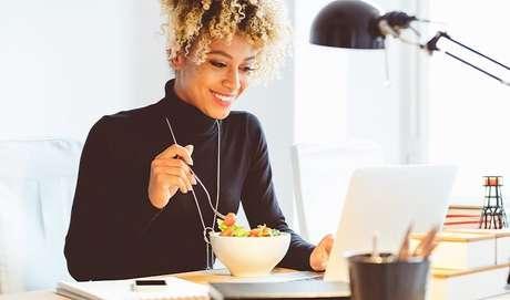 """Uma revisão de estudos de 2015 publicada no periódico Nutrition Reviews revelou que comer de 3 em 3 h não faz diferença. No entanto, segundo Tânia Rodrigues, não dá para afirmar que fazer várias refeições ao dia não ajuda a podar as medidas. """"O fracionamento promove saciedade, evitando excessos durante as refeições"""", afirma. Isso porque grandes intervalos entre refeições podem levar a pessoa a exagerar no prato. E vale lembrar que o objetivo de fragmentar a alimentação é comer em intervalo e quantidade menores. Com essa imprecisão, a estratégia para emagrecer deve ser individualizada e baseada em orientações comportamentais."""