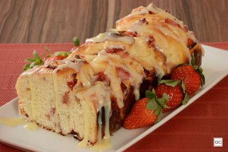 Pão doce de chocolate branco com morango