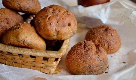 """3. O PÃO PODE SER CONSIDERADO UM ALIMENTO SAUDÁVEL? Para começo de conversa, há pães e pães. Servido no café da manhã, o produto auxilia o controle de fatores associados à resistência à insulina, ou seja, quando esse hormônio não é capaz de botar o açúcar circulante no sangue para dentro das células. """"O pão é uma ótima fonte de carboidratos, basta saber escolher"""", diz Tânia Rodrigues. """"Os integrais são as melhores opções."""