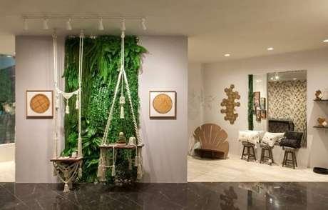 58. Parede com jardim vertical e quadros decorativos. Projeto de Casa Cor RN