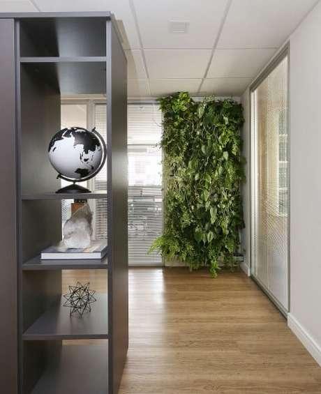 28. Parede de escritório com jardim vertical. Projeto de Arq Design