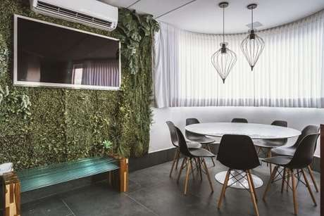 51. Parede verde em ambiente moderno. Projeto de Daniela Gradella