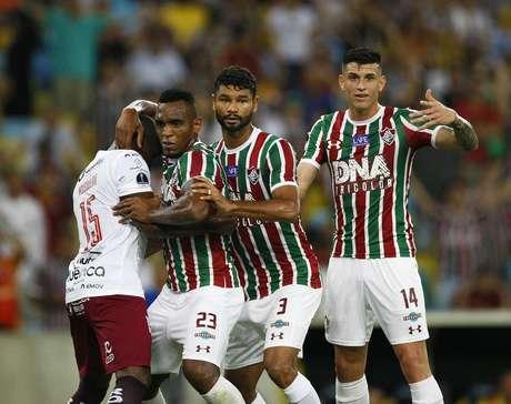 Jogadores do Fluminense aguardam cruzamento