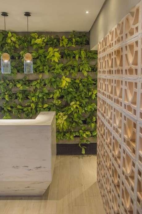 30. Recepção com parede verde. Projeto de Galpão Design Arquitetura