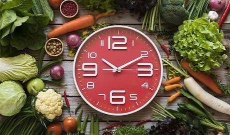 2. FRACIONAR A ALIMENTAÇÃO FUNCIONA MESMO OU ISSO É MITO? Você já deve ter ouvido falar por aí que comer de 3 em 3 h acelera o metabolismo, contribuindo para a perda de peso. Porém, uma pesquisa da Universidade de Ottawa (Canadá), publicada na revista científica British Journal of Nutrition, revelou que obesos que fizeram várias refeições ao longo dia emagreceram tanto quanto quem só ficou com o café da manhã, almoço e jantar.