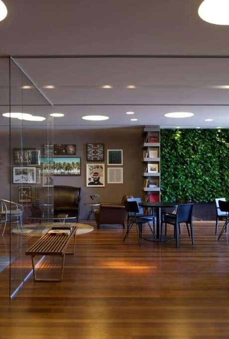 39. Sala amplo com piso de madeira e jardim vertical. Projeto de AMC Arquitetura