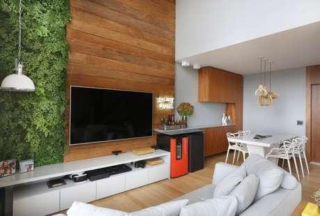 53. Sala de estar com jardim vertical ao lado da parede de madeira. Projeto de Estúdio AE