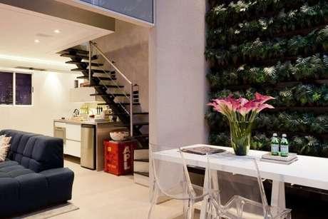 36. Sala de estar com jardim vertical de folhas pequenas. Projeto de Basiches