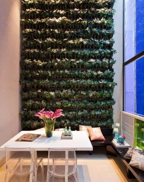 42. Sala de jantar com jardim vertical alto. Projeto de Basiches
